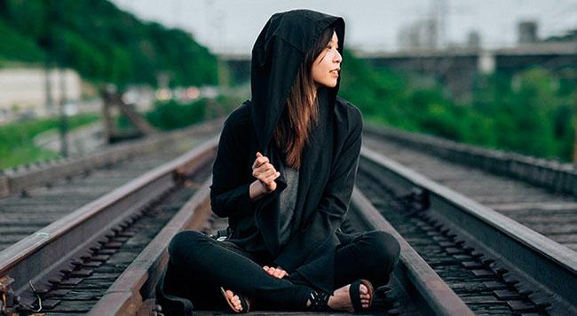 Frases sobre el karma: Cómo te tratan las personas es su karma; cómo reaccionas es el tuyo.
